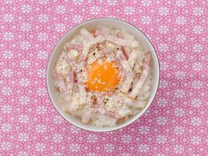 ベーコン+チーズの卵かけごはん