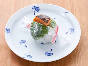 鮭おにぎり(青菜ごはん+青しそ)