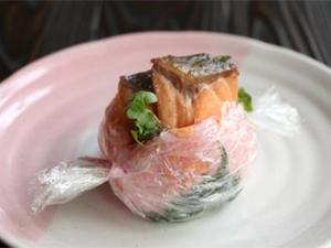 照り焼きサーモンのっけおにぎり 桜餅風
