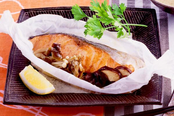 醤油バター+キノコで秋の味覚を先取り!「鮭とキノコの包み蒸し」