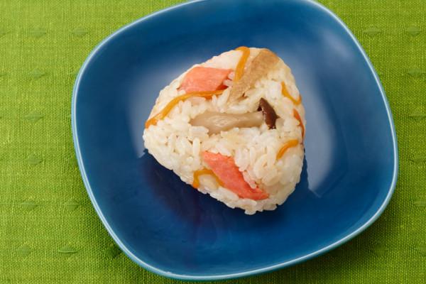 彩りも栄養も◎!「秋鮭ときのこの混ぜごはんおにぎり」